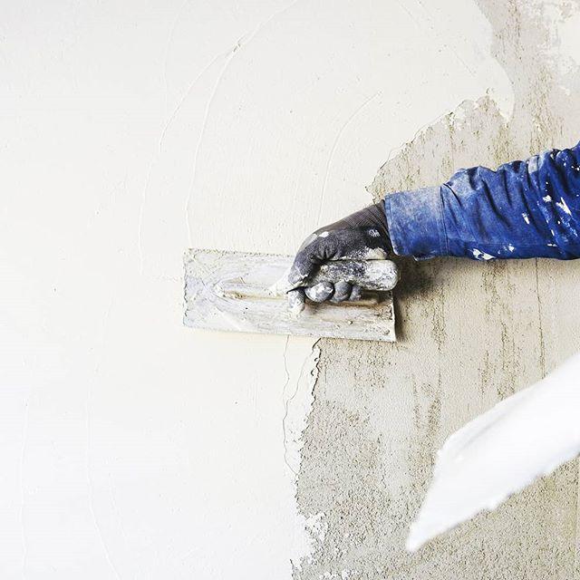 ️Без этого никак!⠀⠀При покупке квартиры, можно столкнуться с проблемой, которая связана с качеством штукатурки. ⠀⠀Причем такая проблема возникает в большинстве новостроек🤦♀️: стены квартиры неровные, с множеством различных дефектов. ⠀⠀Такую поверхность нельзя красить, клеить на нее обои, т.к. рисунок обоев будет «плыть» и могут расходится швы. ⠀⠀Также неровная поверхность станет причиной появления зазоров у дверных наличников и напольных плинтусов😮. ⠀⠀️И к тому же плитка не кладётся ровно на стены без их предварительного выравнивания и подготовки.Иначе под ней будут образовываться опасные для сцепления пустоты.⠀⠀Проверить ровность стен можно при помощи правила, ниток, уровня. ⠀⠀Проблемы с неровностью стен решают с помощью штукатурки🙂.⠀⠀При нанесении нового слоя, необходимо следить ровностью нанесения слоя.⠀⠀Никаких волн и вертикальных отклонений быть не должно️.⠀⠀Причём ровными стены должны быть как в вертикальном направлении, так и в горизонтальном.⠀⠀ Отдельный слабый момент многих квартир – это углы, которым может быть неверно задано направление😮.⠀⠀Но не нужно обольщаться относительной простотой процесса: ровные красивые стены – это часто результат кропотливого труда. ⠀⠀И здесь бывают нужны опытные профессионалы, которые будут понимать, как спасти положение.⠀⠀#dsrделитсясоветами⠀⠀⠀⠀Игорь и Екатерина🛠 Отделочные работы и дизайн интерьера️Опыт более 10 летРаботаем без выходных⠀⠀🏘 работая с нами Вы получите: Поддержку проекта Выезд специалиста на объект Авторский надзор Подбор предметов интерьера Комплектацию объекта Опытную бригаду строителей Помощь на всех этапах⠀ Пишите в директ Звоните +7 960 47 888 37 Наш сайт DSR.CENTER⠀⠀#дизайнеринтерьера#дизайнеркрым #дизайнерадлер #ремонтподключ #седьмойконтинент #дизайнергеленджик #жктургенев #жкбольшой #дизайнерновороссийск #дизайнпроектквартирыкраснодар #ремонткраснодар #дизайнсочи #жккраснодар #дизайнеркрым